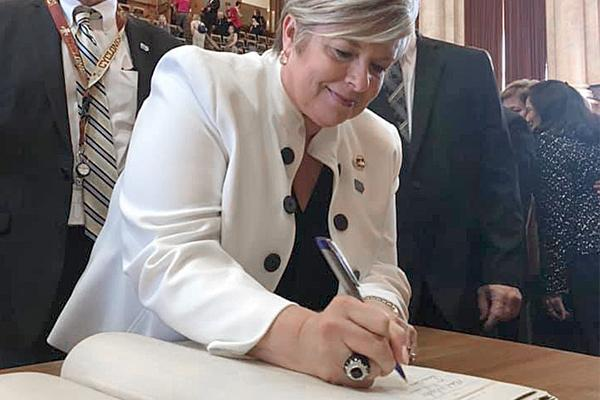Susan Cameron Daemon '82, lobbyist, signing the inductee book